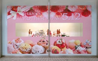 岡山天満屋「母の日」表町ショーウィンドー ディスプレイ装飾デザイン