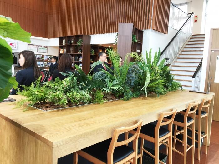 大型のテーブルの中央にはグリーンを配置。全て手作業で造作をしています。