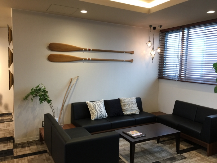 壁にかけた大型の装飾物や、空間にアクセントをつけるレトロなペンダントライト。